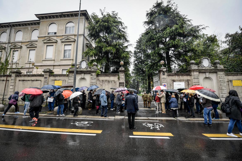 Milano, fila per i vaccini al centro dell'esercito di Saint Bon