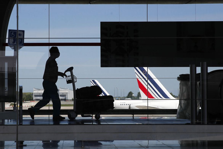 Parigi, l'aeroporto di Roissy; in basso Margrethe Vestager