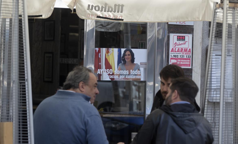 Il poster di Isabel Diaz Ayuso in una vetrina di Madrid
