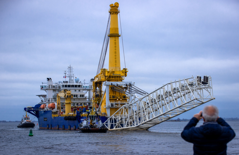 La nave posatubi russa Akademik Cherskiy a largo di Wismar, città sul Mar Baltico nel Meclemburgo-Pomerania occidentale