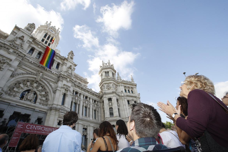 L'ex sindaca di Madrid Manuela Carmena davanti alla sede del Comune in occasione del World Pride del 2017; in basso Rita Maestre