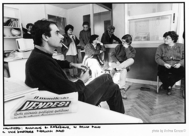 Anni 90, Gigi Sullo in riunione di redazione