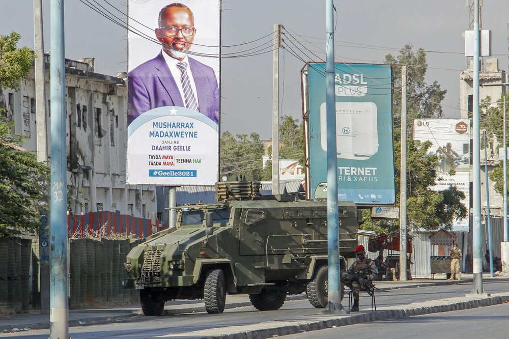 L'esercito blocca una strada di Mogadiscio durante le proteste delle opposizioni per il mancato svolgimento delle elezioni