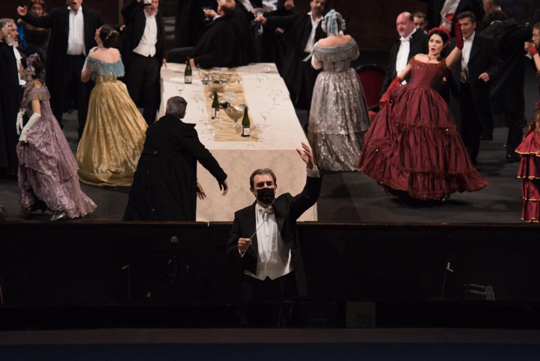Daniele Gatti sul podio durante le riprese de «La Traviata» regia di Mario Martone