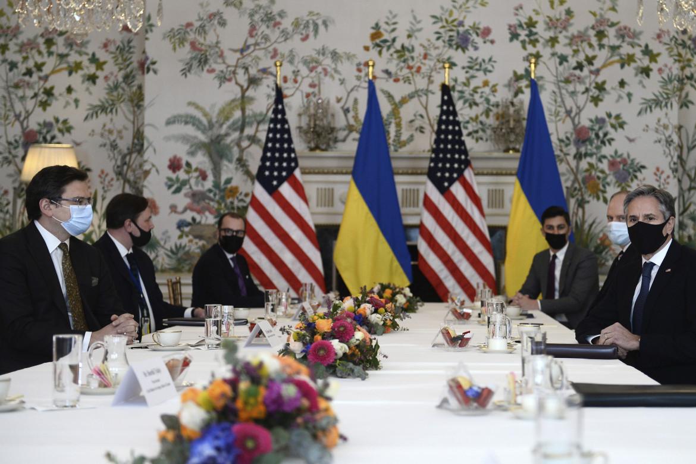 Il segretario di Stato Usa Blinken durante un incontro con i vertici ucraini