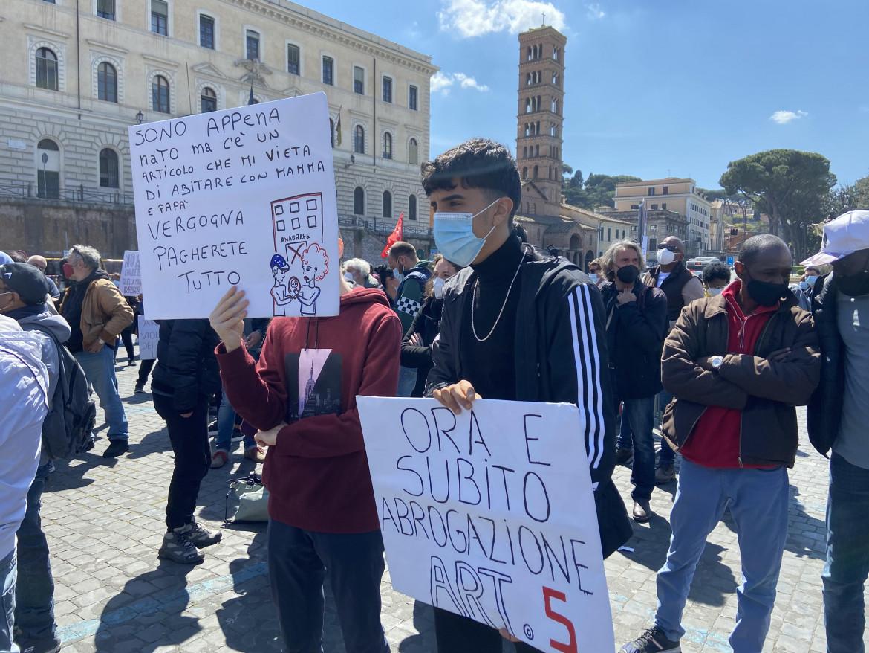 La protesta vicino all'anagrafe della capitale