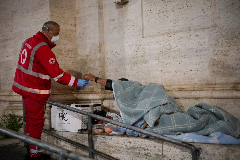 Roma, personale della Croce rossa soccorre un senza tetto