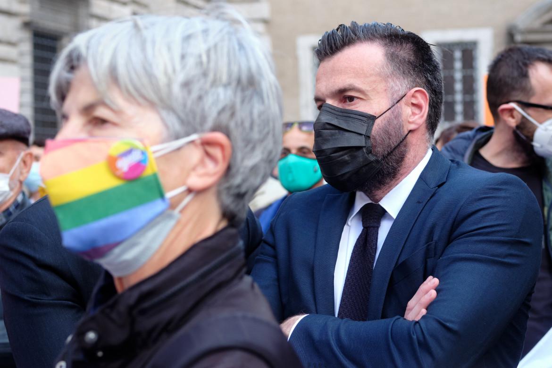 Alessandro Zan interviene alla manifestazione a sostegno del suo progetto di legge
