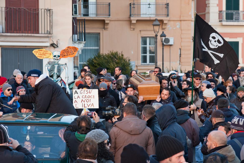 Una manifestazione a Taranto per denunciare l'inquinamento dell'ex Ilva