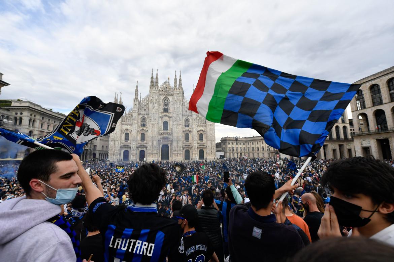 Milano, la festa interista in piazza Duomo