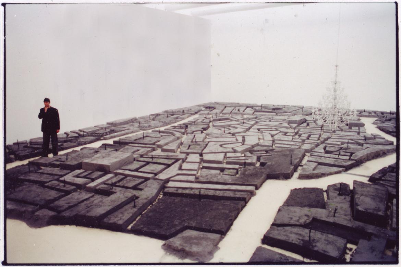Un particolare da «FIve Ash Cities», installazione di Joshua Neustein