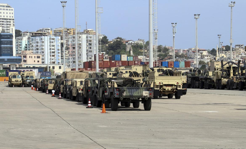 Nel porto albanese di Durazzo, veicoli militari statunitensi della 53° brigata fanteria della Guardia nazionale della Florida