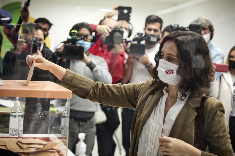 La presidente della Comunità di Madrid, Isabel Díaz Ayuso, al seggio