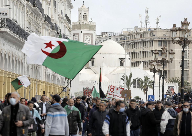 Manifestazione del movimento hirak per le strade di Algeri