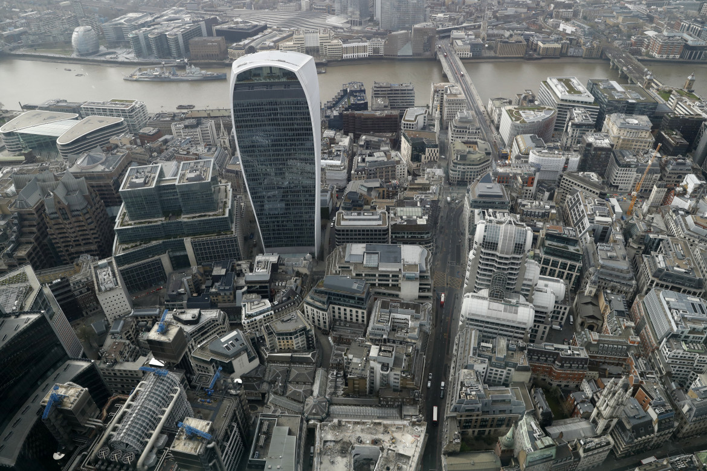 Vista sulla City di Londra dal 59mo piano del 22 Bishopsgate; in basso Sadiq Khan, Shaun Bailey e Sian Berry