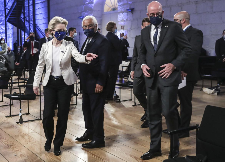 Ursula von der Leyen, Antonio Costa e Charles Michel al summit di Porto; in basso Mario Draghi arriva al Centro Congressi Alfândega