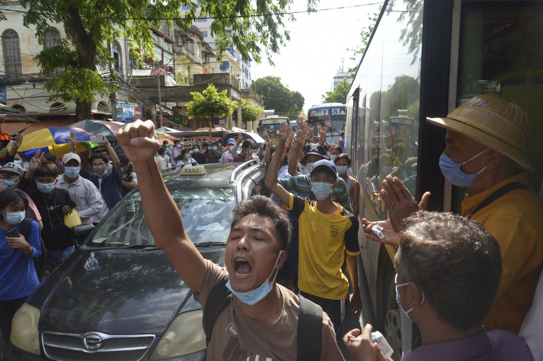 Manifestanti birmani anti-golpisti in marcia, giovedì, per le strade di Yangon