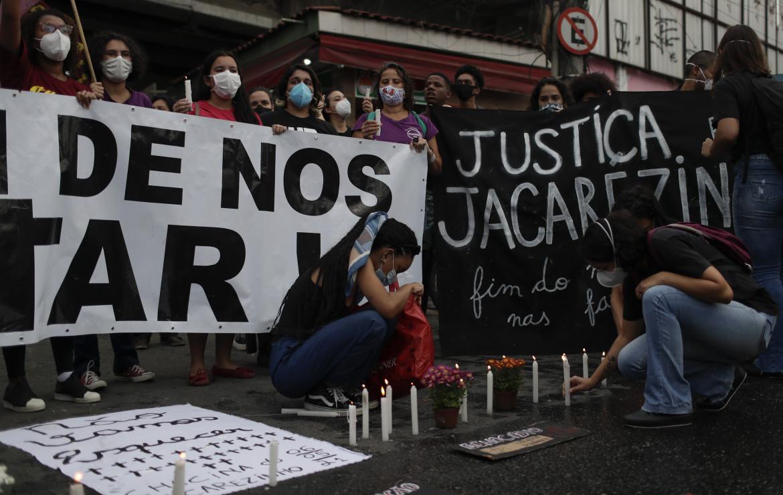 La protesta nella favela di Jacarezinho a Rio de Janeiro