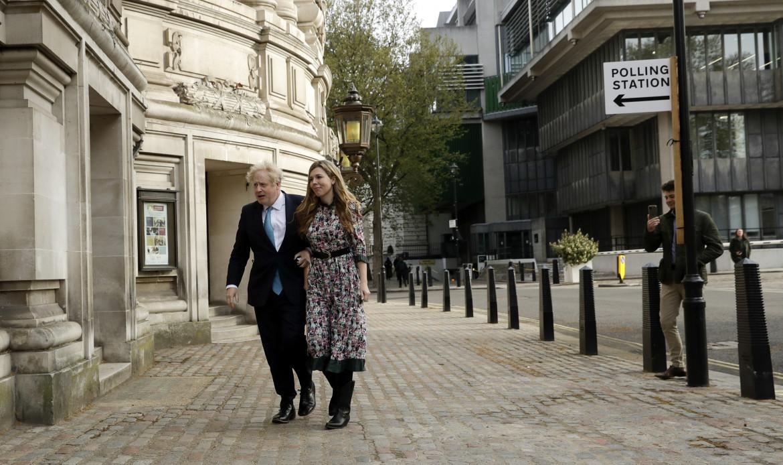 Il premier inglese Boris Johnson al seggio per le elezioni di Londra