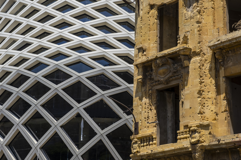 Un antico edificio distrutto accanto al nuovo centro commerciale progettato da Zaha Hadid, Beirut