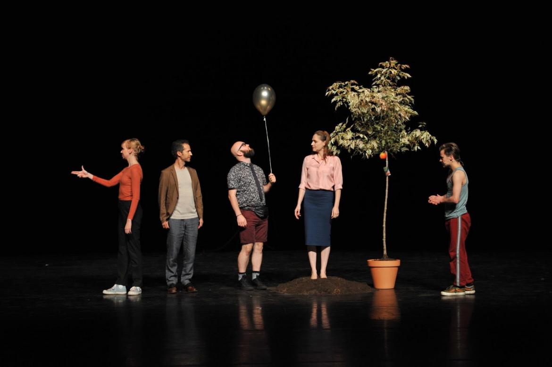 Una scena da «Are we not drawn onward to new erA»;  la compagnia