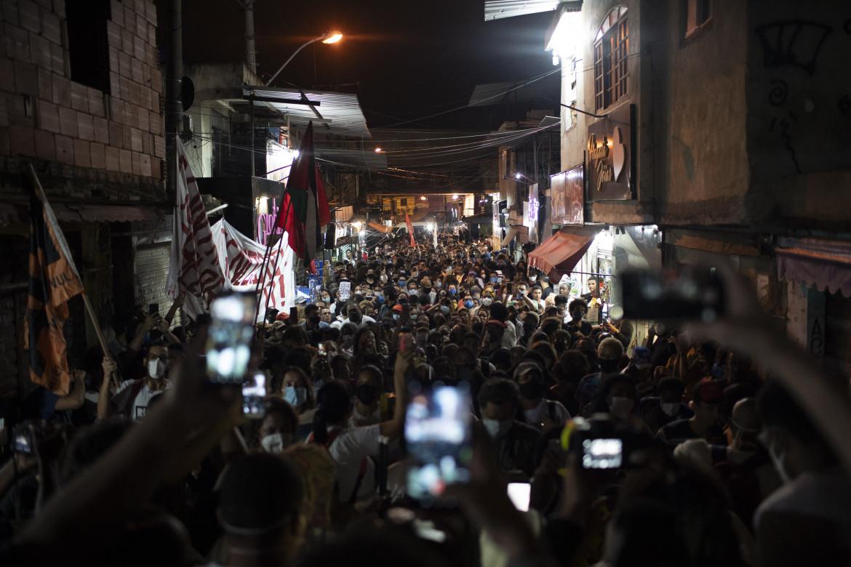 Rio de Janeiro, la protesta dei residenti della favela do Jacaré dopo la mattanza di giovedì 6 maggio