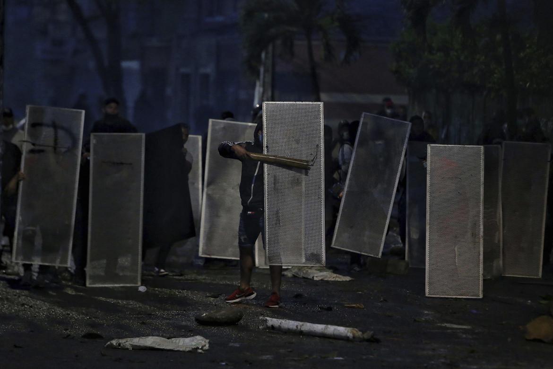 Cali, Colombia, 30 aprile 2021,  i manifestanti si proteggono come possono in piazza