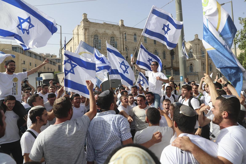 La marcia nazionalista delle Bandiere ieri nel centro di Gerusalemme