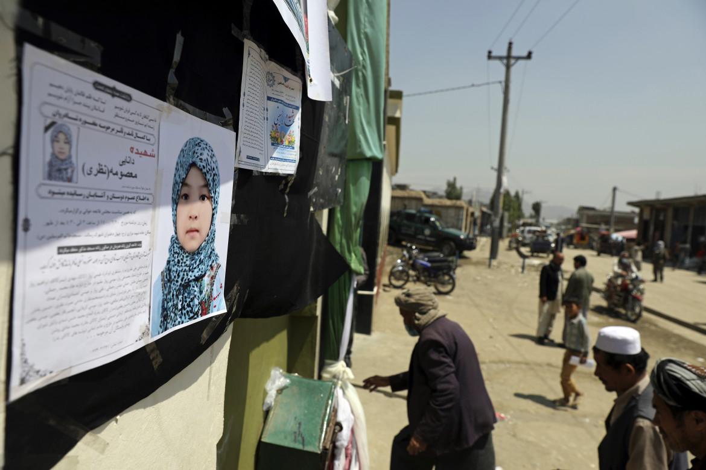 La commemorazione di una delle ragazze uccise a Kabul nell'attacco al liceo
