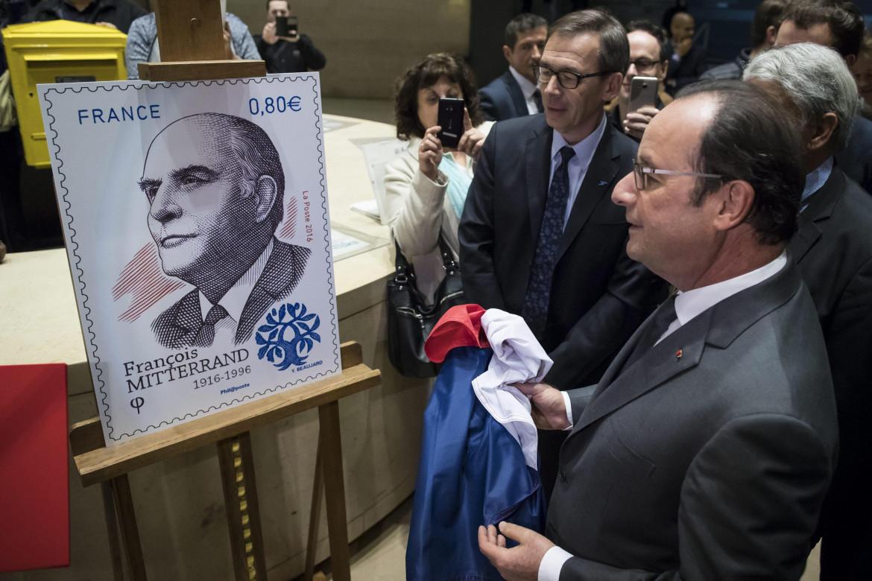François Hollande davanti al francobollo commemorativo per il 100mo anniversario della nascita di François Mitterand, in basso la prima pagina di «Libération» di ieri