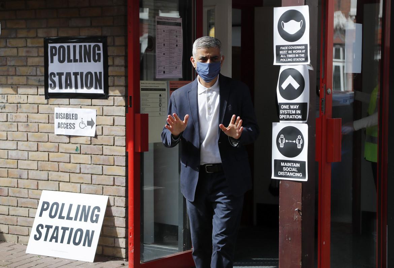 Il sindaco uscente di Londra (ma probabilmente riconfermato) Sadiq Khan al seggio