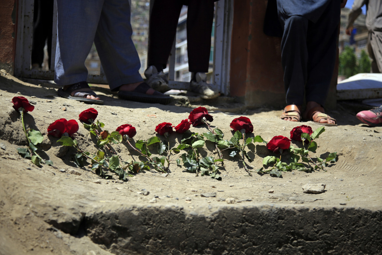 Fiori sul luogo della strage a Kabul