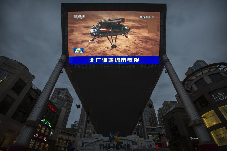 L'atterraggio del rover Zhurong su Marte trasmesso su schermi giganti a Pechino