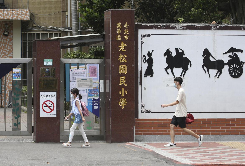 Studenti indossando la mascherina all'entrata di scuola dopo che si è alzato il livello di allerta Covid a Taipei, Taiwan