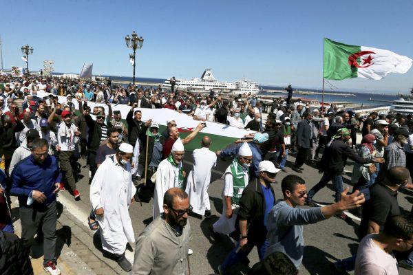 12ets1-hirak-protesta-algeri-ap