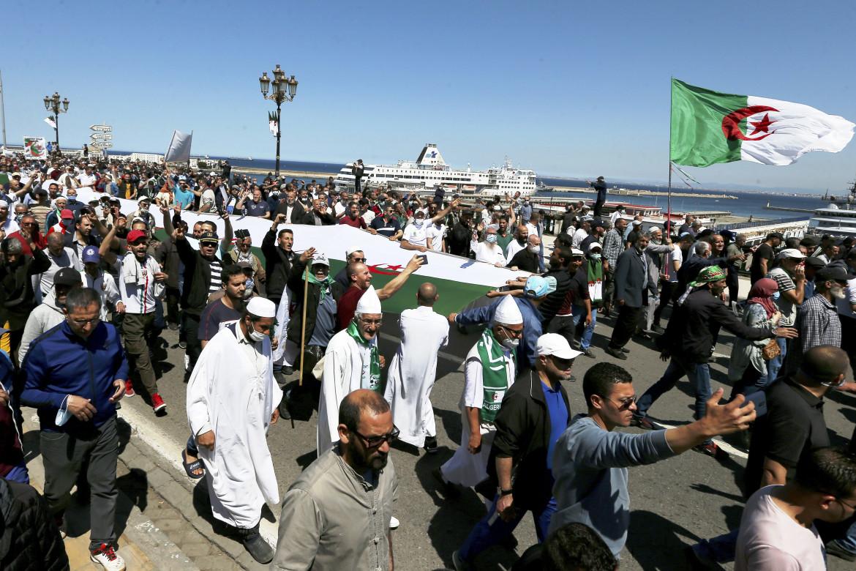 7 maggio, 116° venerdì di protesta. Il corteo dell'Hirak sul lungomare di Algeri