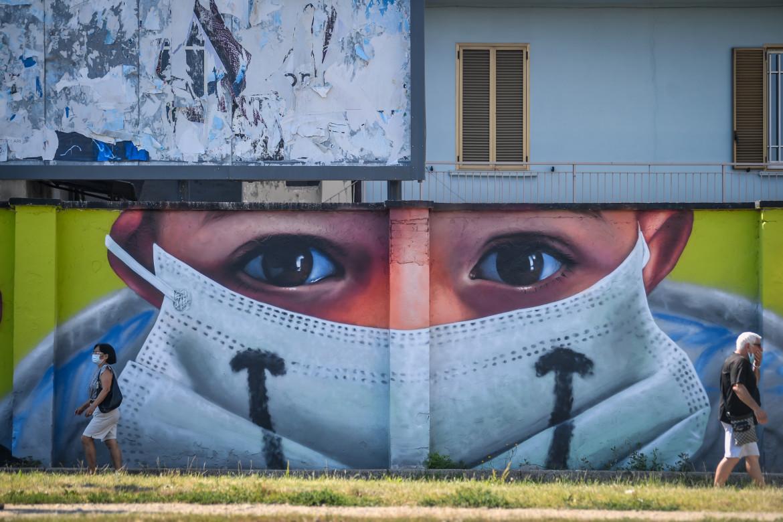 Milano, il murale all'ingresso di Quarto Oggiaro realizzato da Cosimo Cheone e dedicato ai medici dell'ospedale Sacco