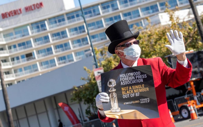 Una protesta prima della cerimonia dei Golden Globes