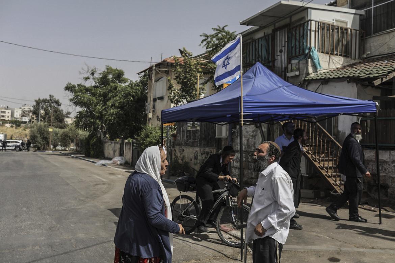 Una donna palestinese discute con un colono israeliano a Sheikh Jarrah