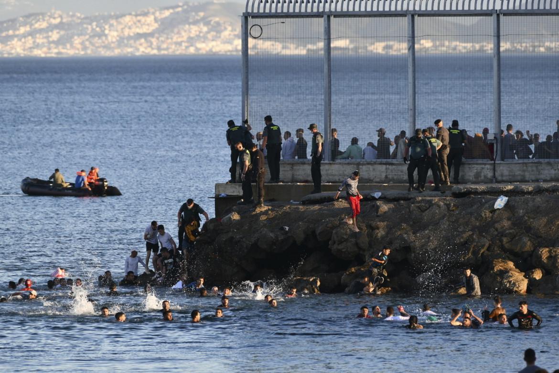 Ceuta, migranti respinti si gettano in mare