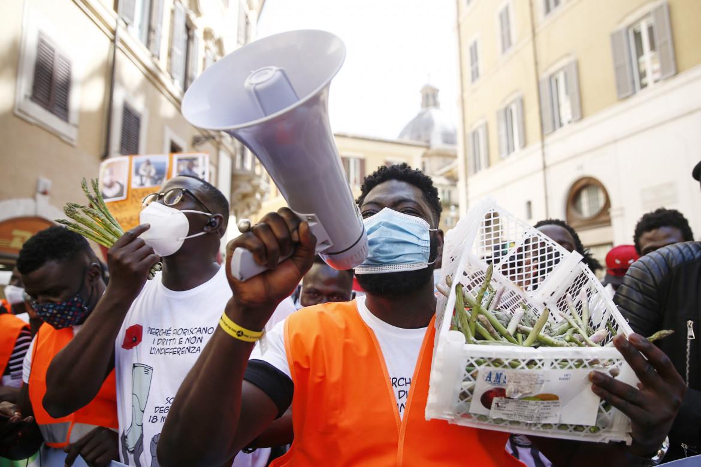 La manifestazione dei braccianti a Roma