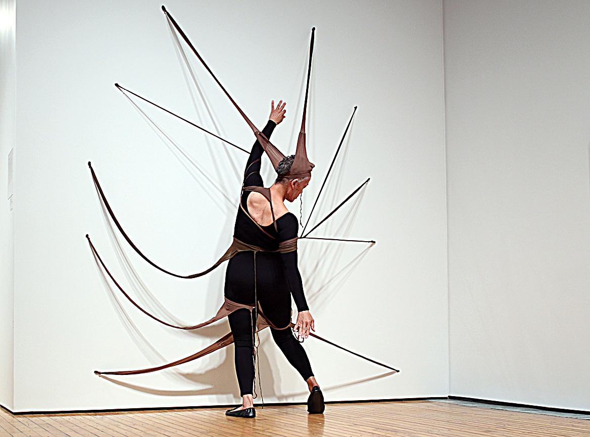 Una performance dell'artista Senga Nengudi