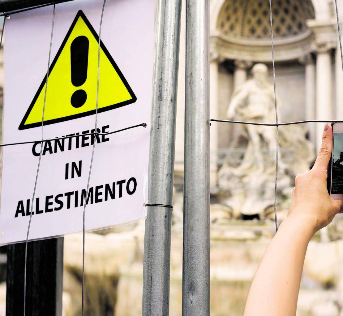 Un cantiere a Fontana di Trevi a Roma