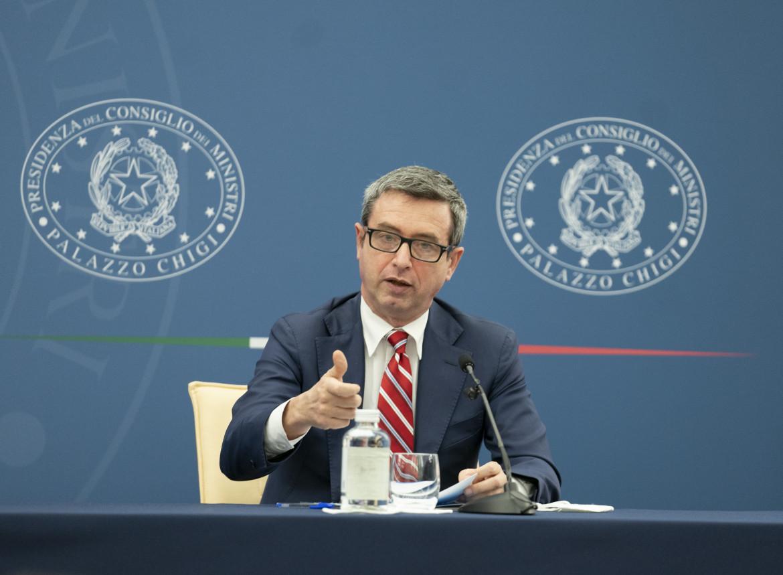 Il ministro del Lavoro Andrea Orlando durante la conferenza stampa con Mario Draghi per l'illustrazione del decreto Sostegni bis