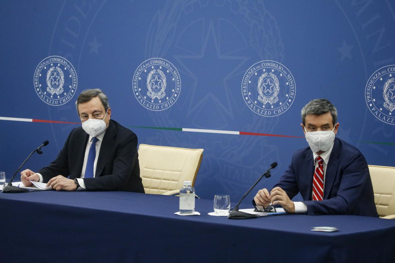 Il presidente del Consiglio Mario Draghi a fianco del ministro Andrea Orlando alla conferenza stampa sul decreto Sostegni bis