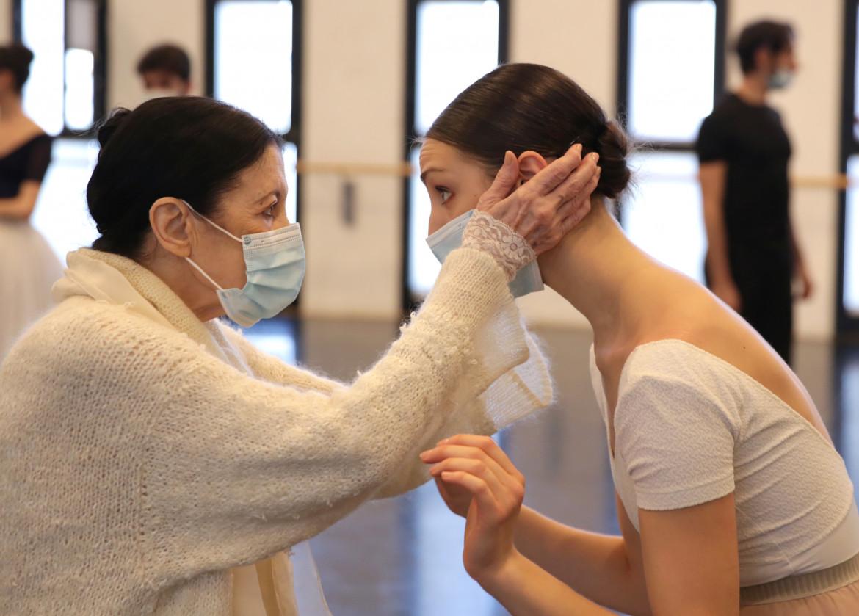 Carla Fracci con Martina Arduini durante la masterclass  in preparazione di «Giselle»