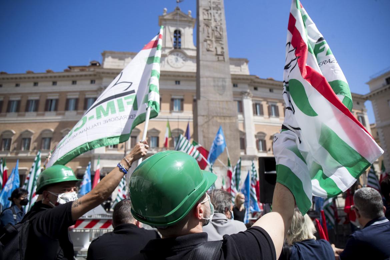La protesta dei sindacati ieri a piazza Montecitorio a Roma