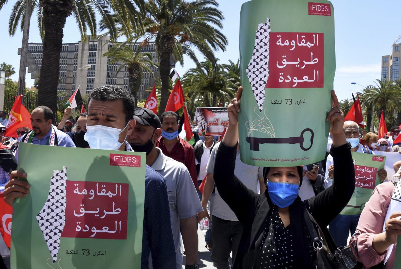 «Siamo tutti la Palestina». Tunisi, Avenue Bourguiba, 19 maggio 2021: le proteste antigovernative cambiano di segno. Sul cartello si può leggere: «La resistenza è la strada»