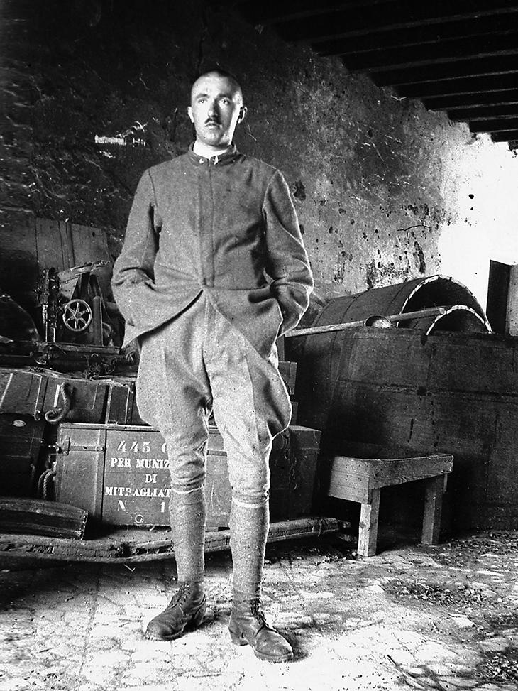 Gadda in un deposito  di munizioni a Romans d'Isonzo, 1917, Archivio di Fondi gaddiani di Arnaldo Liberati, Villafranca di Verona
