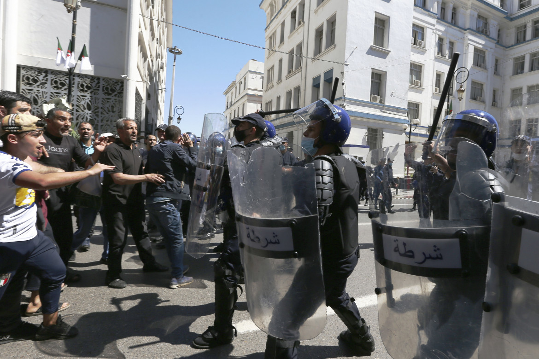 Repressione della polizia alle manifestazioni del movimento Hirak in Algeria
